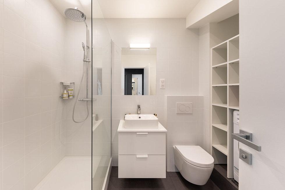 salle de bain blanche douche lavabo wc suspendu amenagement rangements sur mesure Florence Ancillon architecte interieur Paris