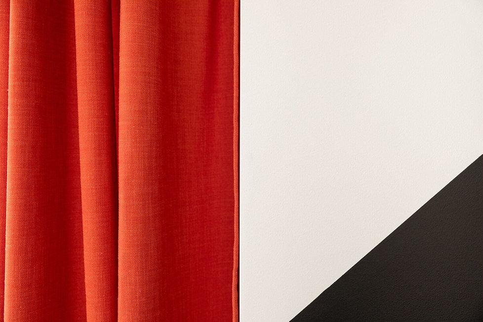 Detail rideau orange peinture noir blanc Florence Ancillon architecte interieur Paris