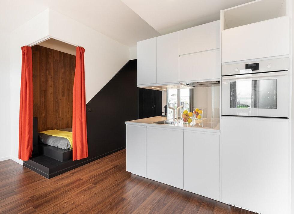 Cuisine blanche chambre alcove rideau orange parquet noyer Florence Ancillon architecte interieur Paris