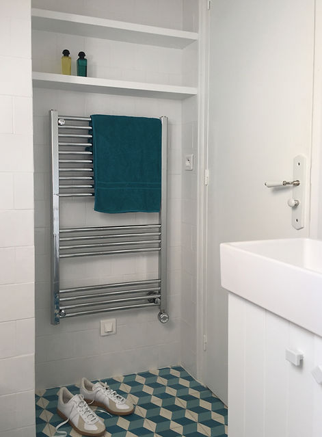Lavabo salle de bain radiateur seche serviette carreaux de ciment Florence Ancillon architecte interieur Paris