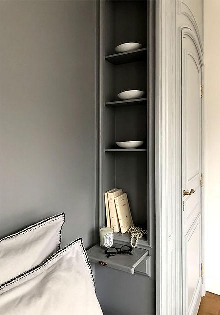 detail alcove chambre, gris, haussmann, collier de perle, bougie dyptyque, livres, tablette