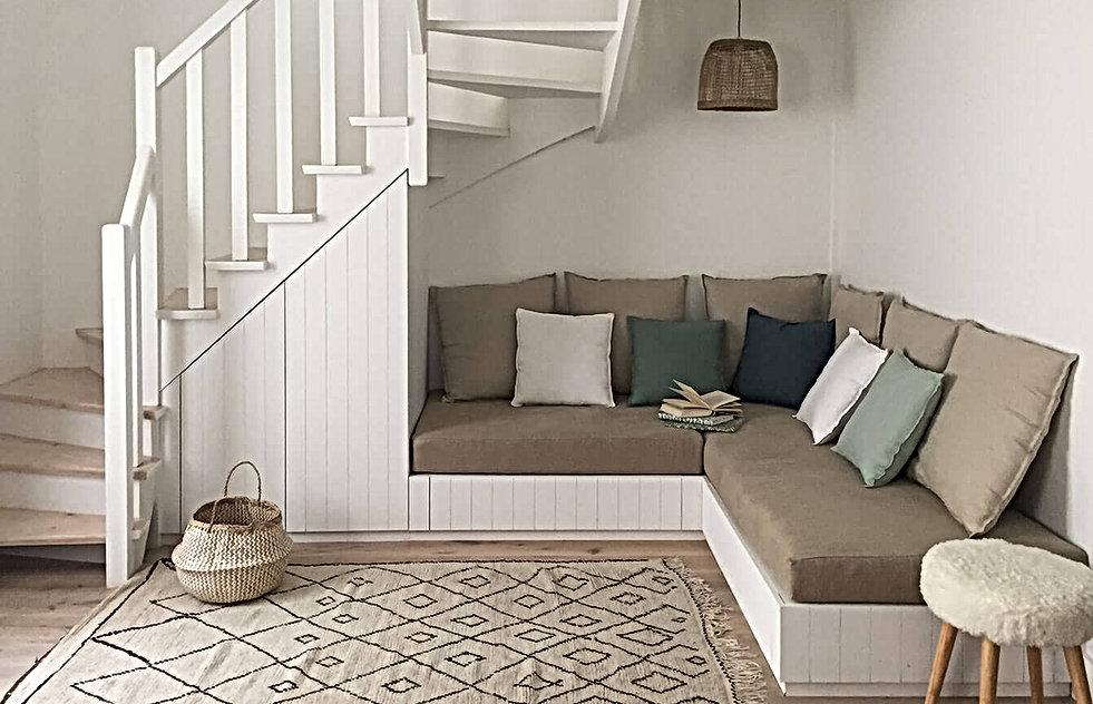 banquette sous escalier bois peint, coussins, tapis berbere, suspension