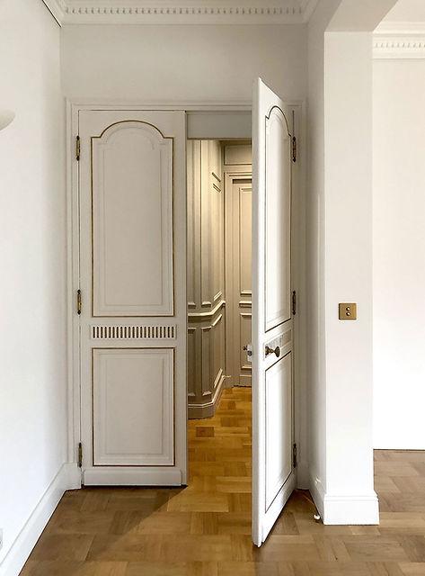 porte mouluree-dorures-parquet chene-boiseries murales-interrupteur laiton