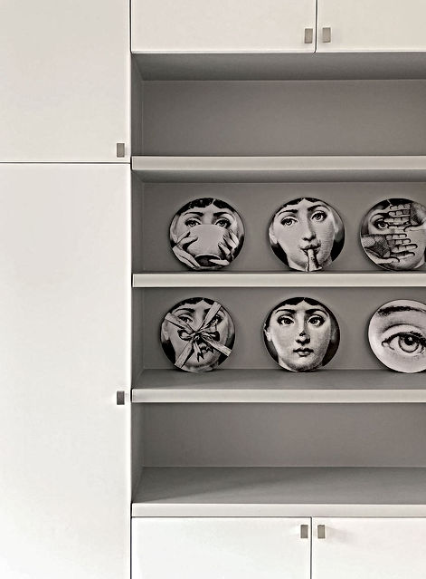 vaisselier, assiettes fornasetti, gris, farrow and ball