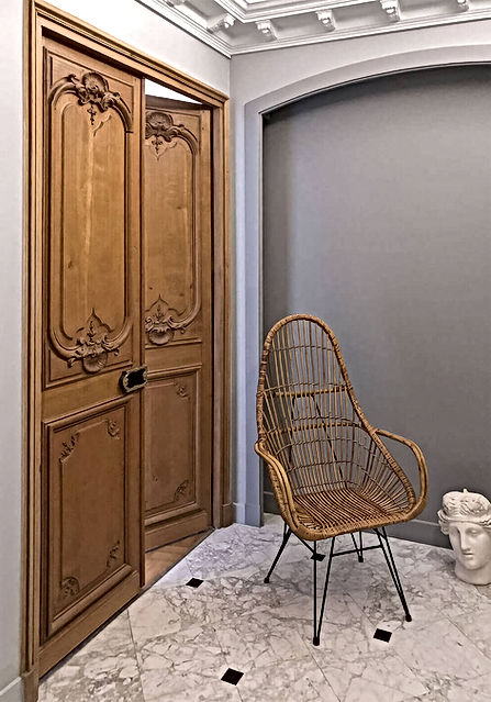 porte moulures, sol marbre, fauteuil rotin, buste plâtre, farrow and ball