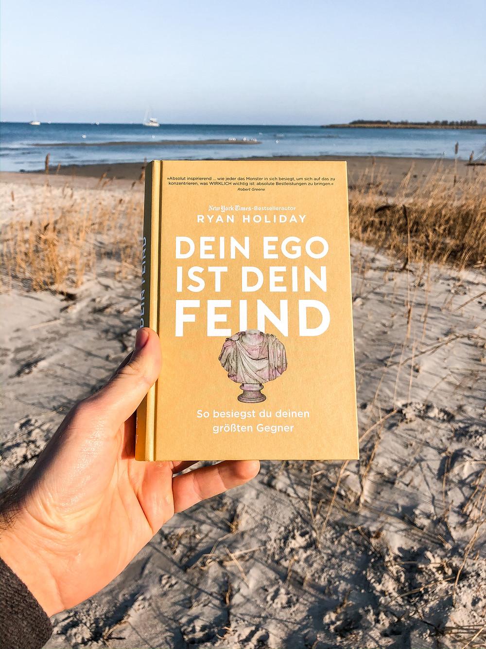 In dein Ego ist dein Feind zeigt Bestseller Autor Ryan Holiday wie das eigene Ego einem in der persönlichen Entwicklung oftmals im Weg steht und wie man schaffen kann, erfolgreicher, gelassener und weiser zu werden.