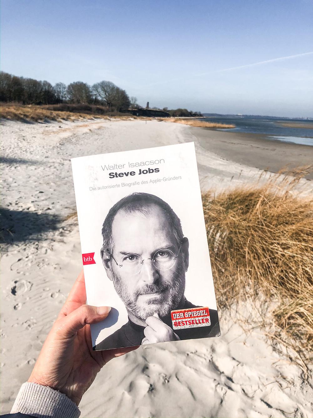 Die Biografie von Steve Jobs wurde von bookbeaches direkt in Kiel am Strand rezensiert.