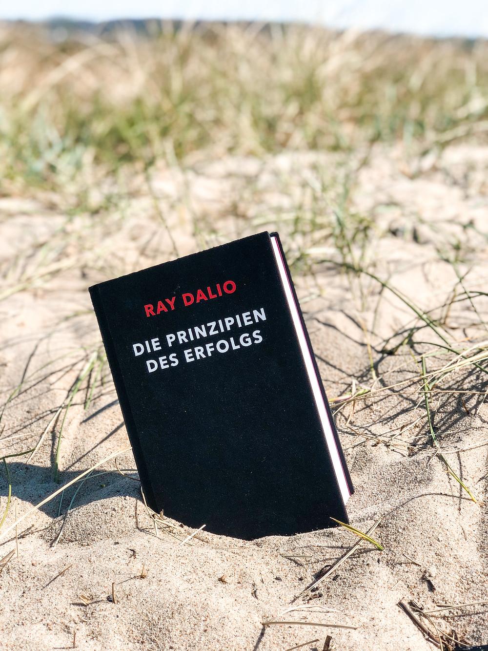 Die Rezension des Buches Prinzipien des Erfolgs von Ray Dalio geschrieben von Bookbeaches.