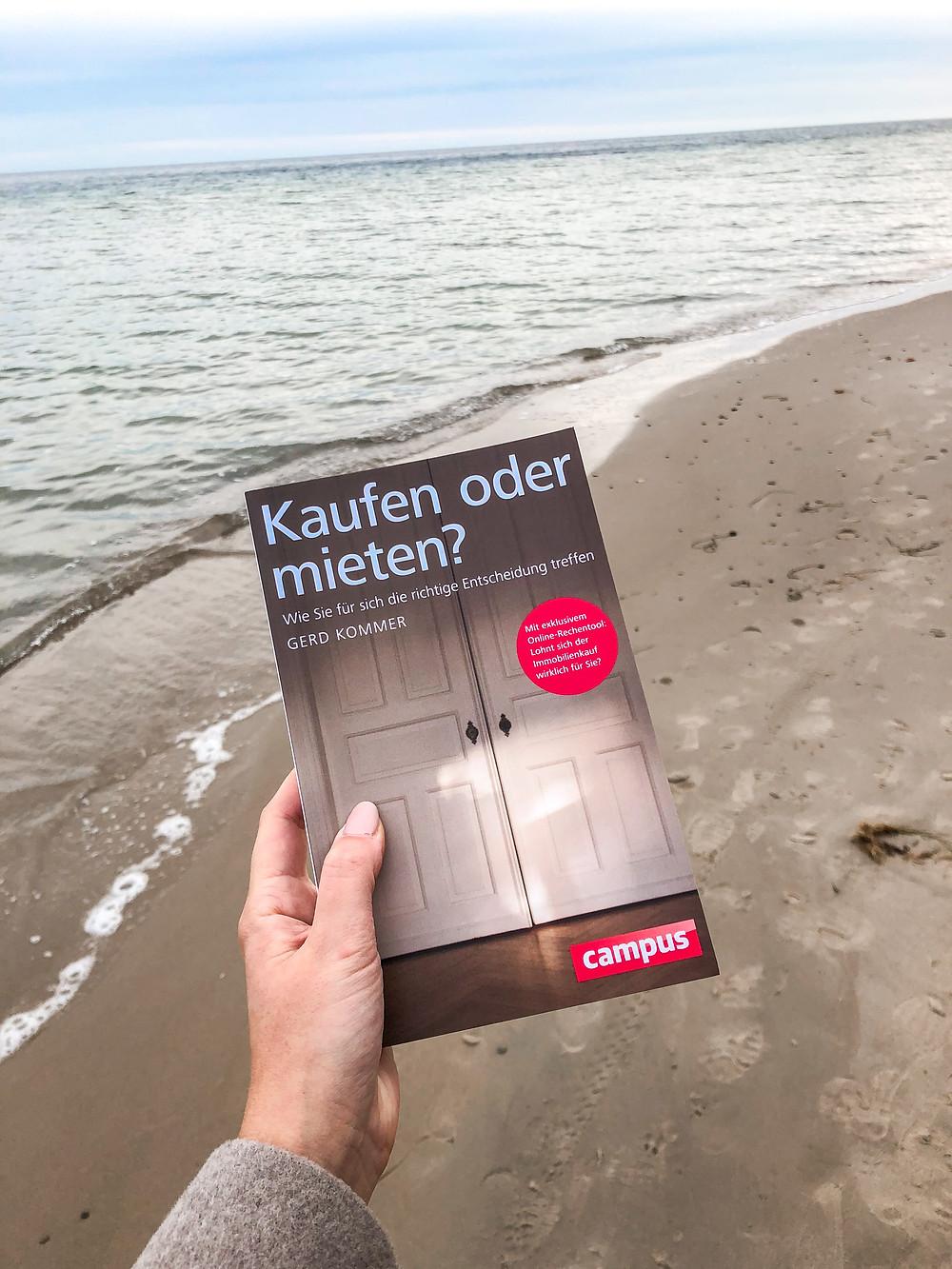 In Kaufen oder Mieten erklärt Gerd Kommer ausführlich, warum es sich nicht mehr lohnt, ein Eigenheim zu besitzen und warum man mehr Geld haben kann, wenn man eine Wohnung mietet, anstatt sie zu kaufen.