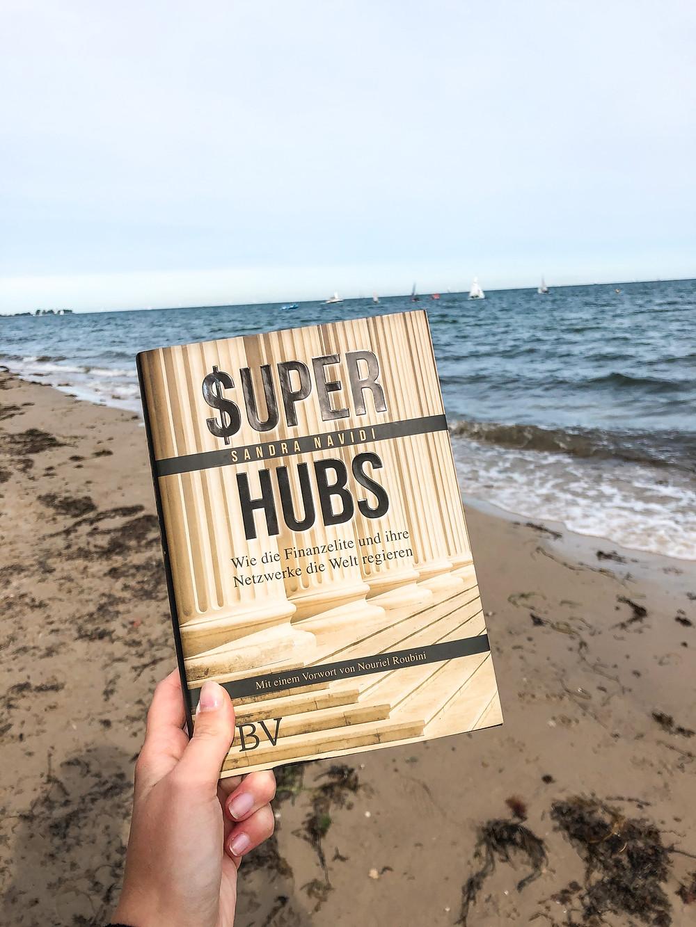 In Super Hubs bekommt man einen wirklichen Einblick in die High-Class der Wirtschaft und der Finanzwelt und man erlebt hautnah, wie unsere Welt entschieden wird.