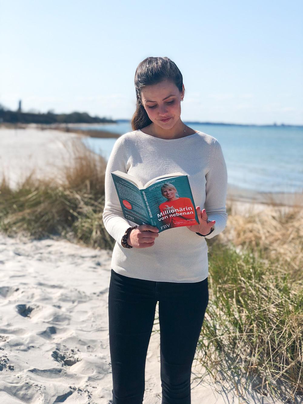 Katinka von bookbeaches stellt euch mit Millionärin von nebenan, dem neuen Buch von Stephanie Raiser ein neues Buch vor, welches Frauen dabei helfen kann, ihr Money-Mindset zu verbessern und selbst finanzielle Freiheit zu erreichen.
