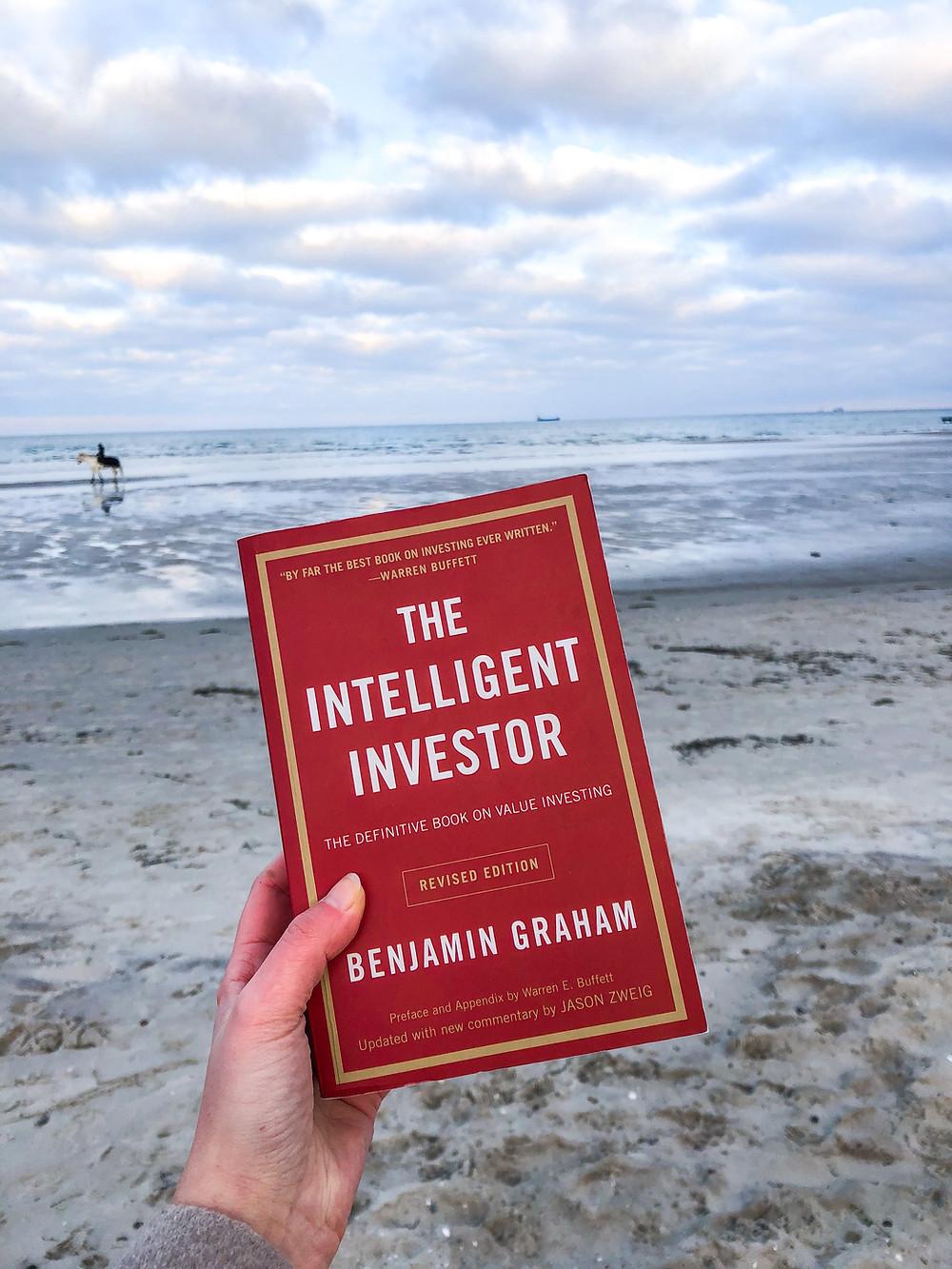 Der Intelligente Investor stellt die Absolute Grundlage des Value Investings dar und sollte von jedem gelesen werden, der sich für Fundamentalanalyse von Aktien und die Börse interessiert.