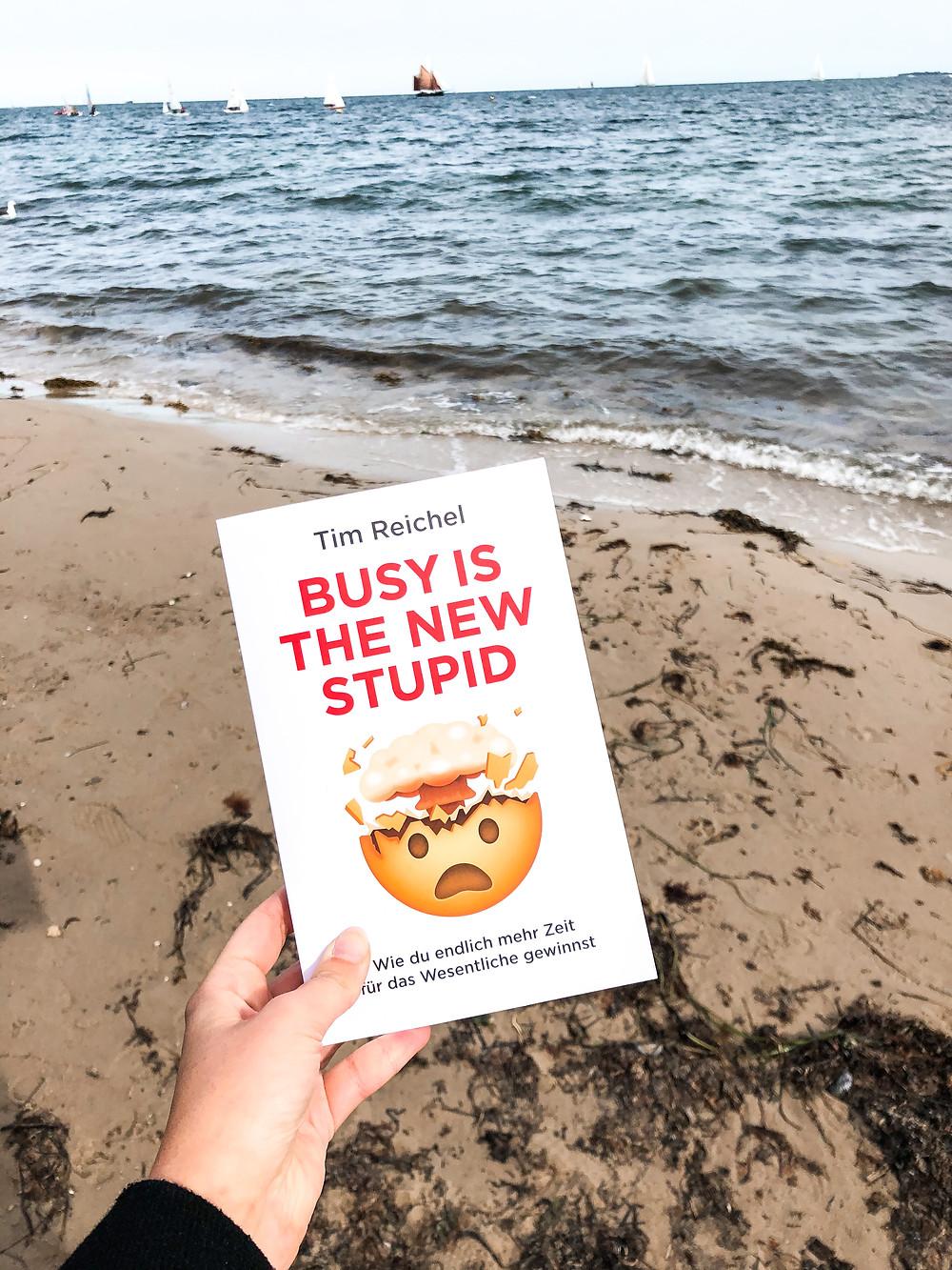 In Busy is the new stupid erhält man Tipps und Tricks, wie man es schaffen kann, in der heutigen schnelllebigen Welt fokussierter und konzentrierter zu sein und wirkliche Produktivität zu erreichen.