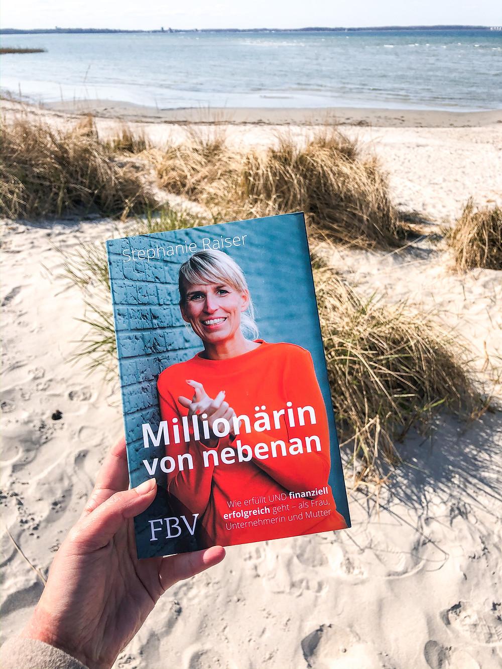 In Millionärin von Nebenan erklärt Stephanie Raiser wie sie es als Frau und Mutter geschafft hat, von einem schlecht bezahlten Heilpraktiker-Job zur Multimillionärin zu werden und das innerhalb von nur 2 Jahren.
