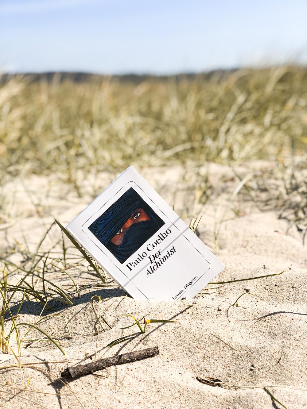 Die Rezension des Buches Der Alchimist von Paulo Coelho geschrieben von Bookbeaches.