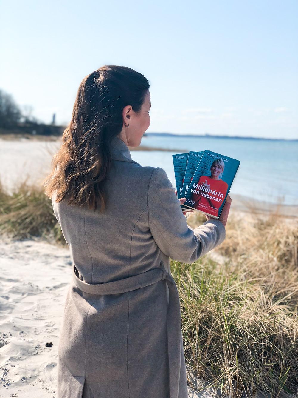 Bei bookbeaches könnt ihr die ausführliche Rezension zu Millionärin von nebenan von Stephanie Raiser direkt am Veröffentlichungstag lesen und bekommt einen intensiven Einblick in das Buch.