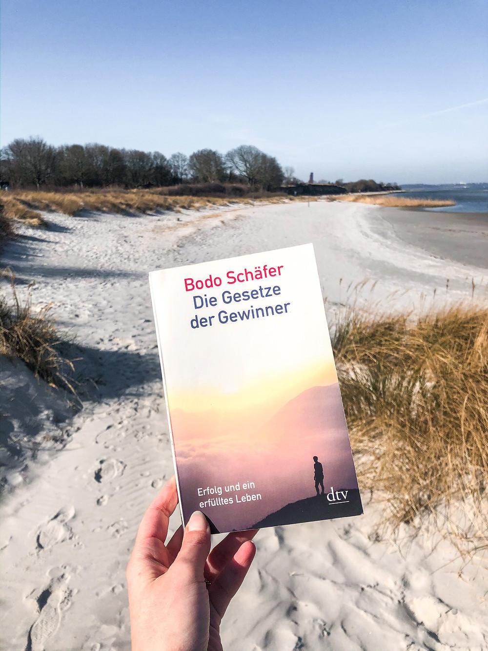 Die Rezension von Gesetze der Gewinner von Bodo Schäfer, einem der bekanntesten Bücher über Persönlichkeitsentwicklung.