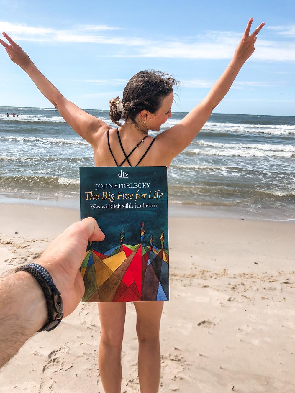 Die Rezension des Buchs The Big 5 for Live von John Strelecky geschrieben von Bookbeaches.