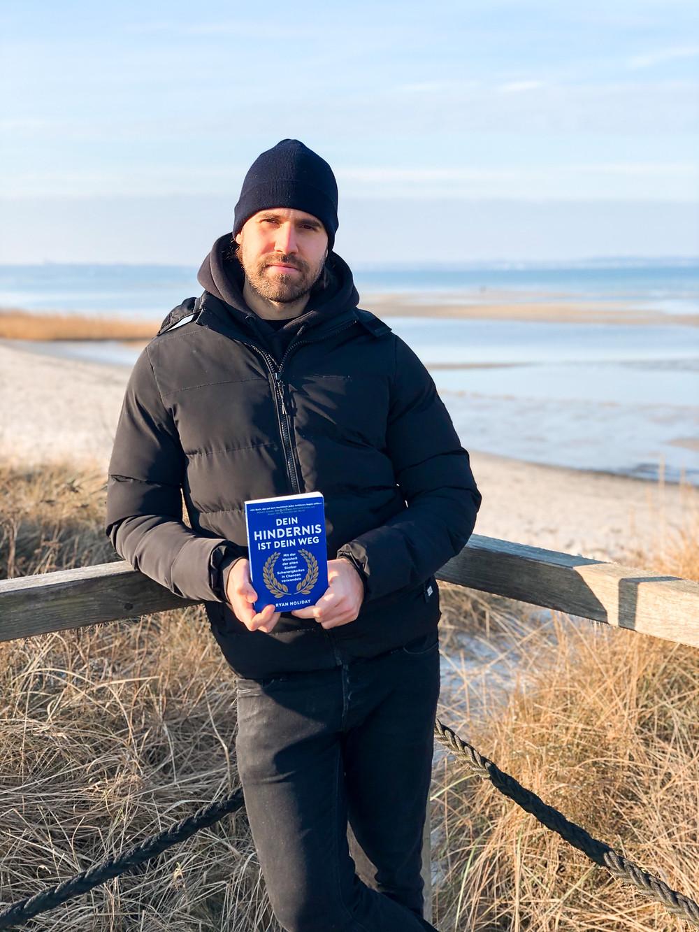 In Dein Hindernis ist dein Weg zeigt Bestseller-Autor Ryan Holiday wie man anhand historischer Beispiele mehr Selbstvertrauen, Gelassenheit und Erfolg bekommen kann.