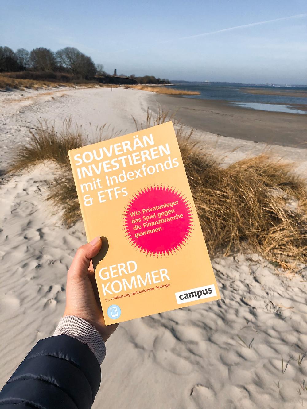 Bookbeaches stellt die Rezension von Souverän Investieren von Gerd Kommer vor und zeigt, wie man heutzutage noch einfach und sicher Geld an der Börse verdienen kann.