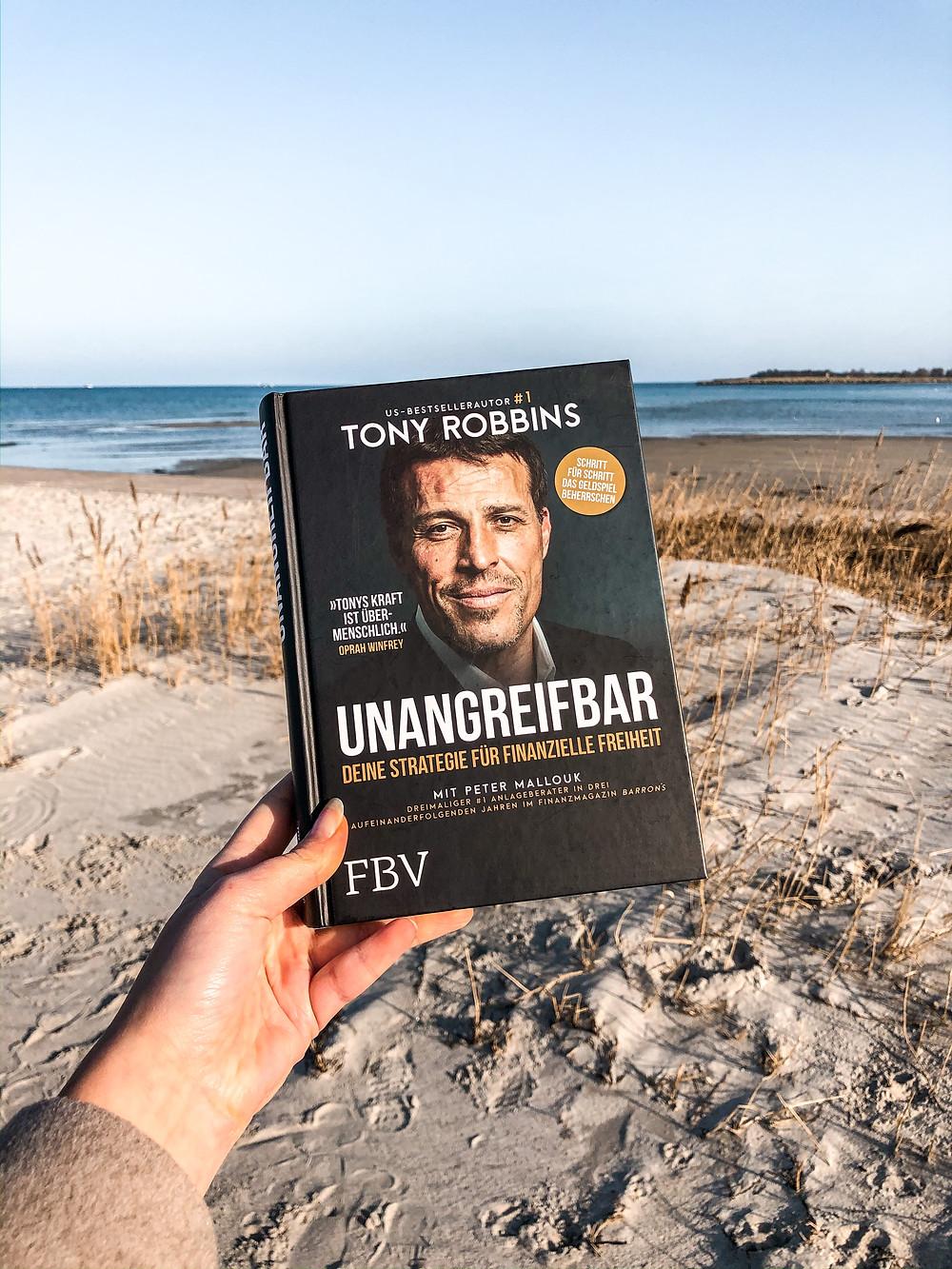 In Unangreifbar zeigt Bestseller-Autor Tony Robbins wie man es schaffen kann, sein Money-Mindset positiv zu verändern und ein Vermögen anzuhäufen.