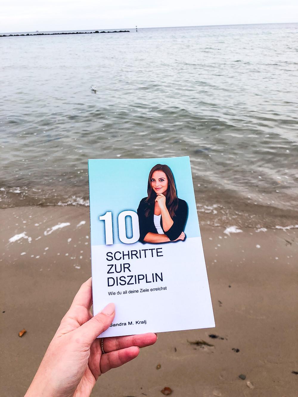 Mit 10 Schritte zur Disziplin bekommt man eine Schritt für Schritt Anleitung, wie man es schaffen kann, disziplinierter zu werden und seine Ziele im Leben zu erreichen.