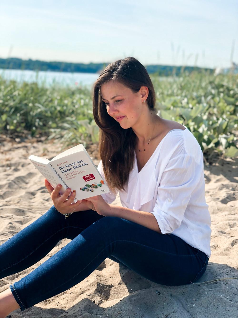 Die Rezension des Buches Die Kunst des klaren Denkens von Rolf Dobelli geschrieben von Bookbeaches.