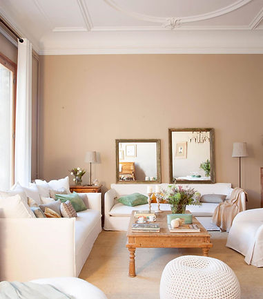 salon-con-techo-decorado-con-molduras-en