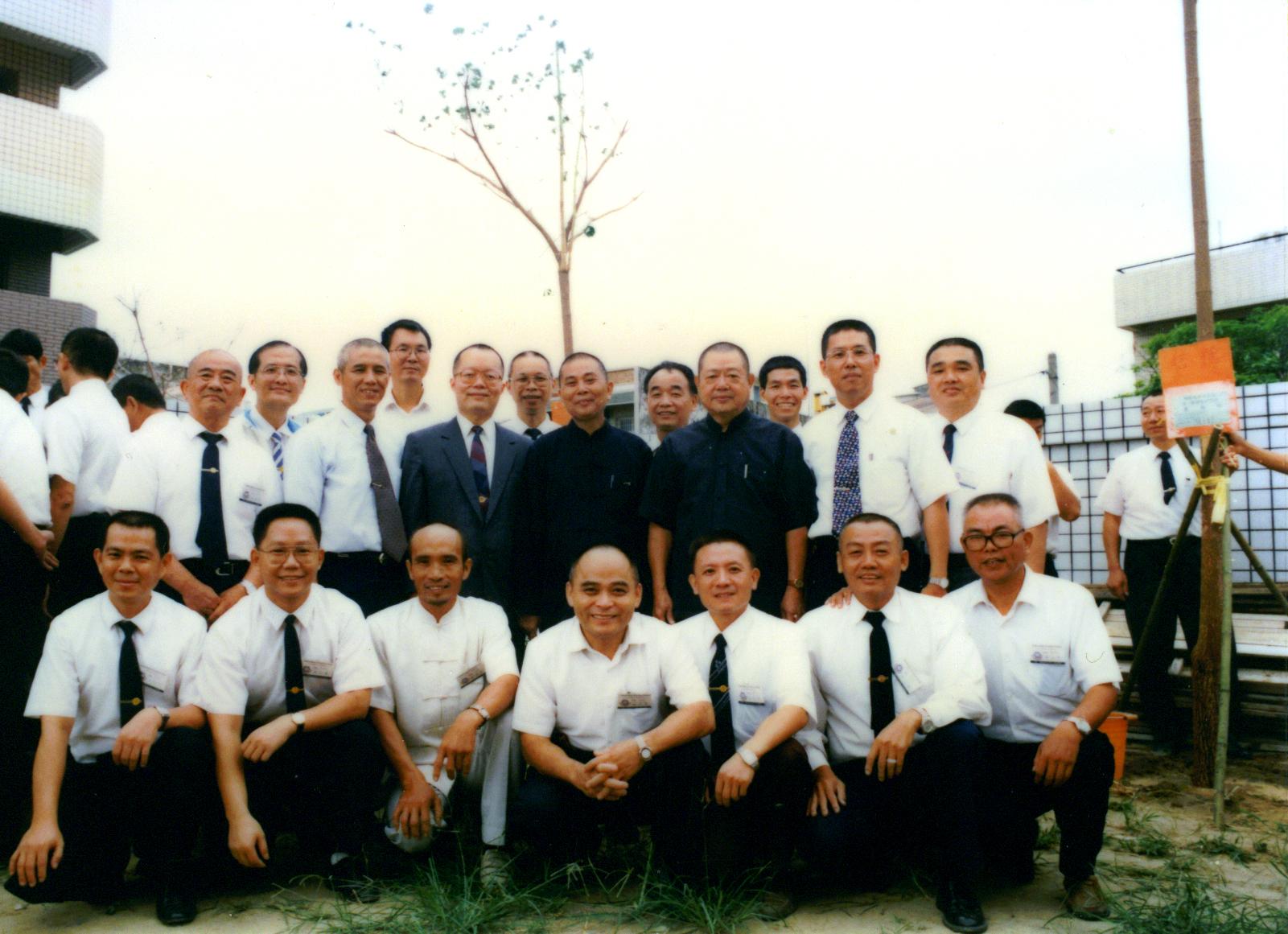 楊前人及點傳師、講師植樹合影