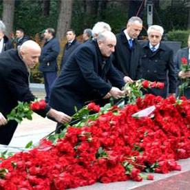 Fəxri Xiyabanda ümummilli liderin məzarı ziyarət edildi.