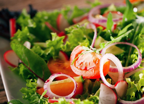 Kleiner, grüner Garten-Salat mit Kräuterdressing