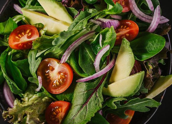 Großer, bunter Salat mit Kräuterdressing und gebratenen Hähnchenstreifen