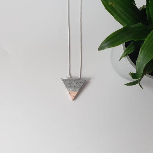 Háromszög nyaklánc szürkével