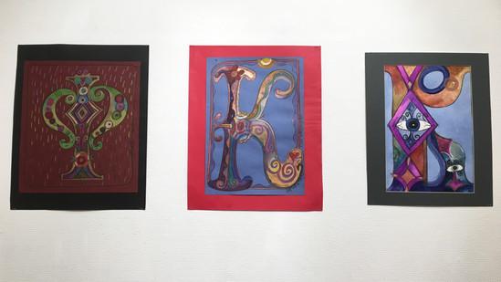 Школа равного гида приглашает вас на выставку портретов букв «Загадочные буквы»!