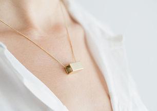 首に黄金の四角形ネックレス