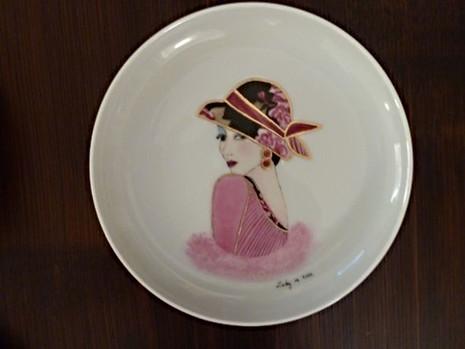 """""""Lady en rose"""", collection de 8 assiettes aux couleurs différentes, finition or et platine"""