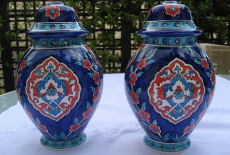 Pieds de lampe sur fond bleu