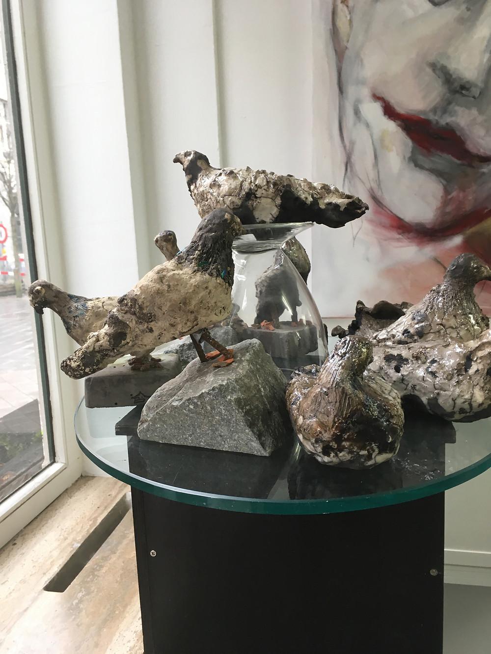 Een eerste vlucht duiven te zien en te koop tot eind januari bij RnR ART STUDIOS, Klapdorp 39, 2000 Antwerpen. De duiven hebben een mooie plaats gekregen, omringd door de schilderijen van Rita Rae Mertens.
