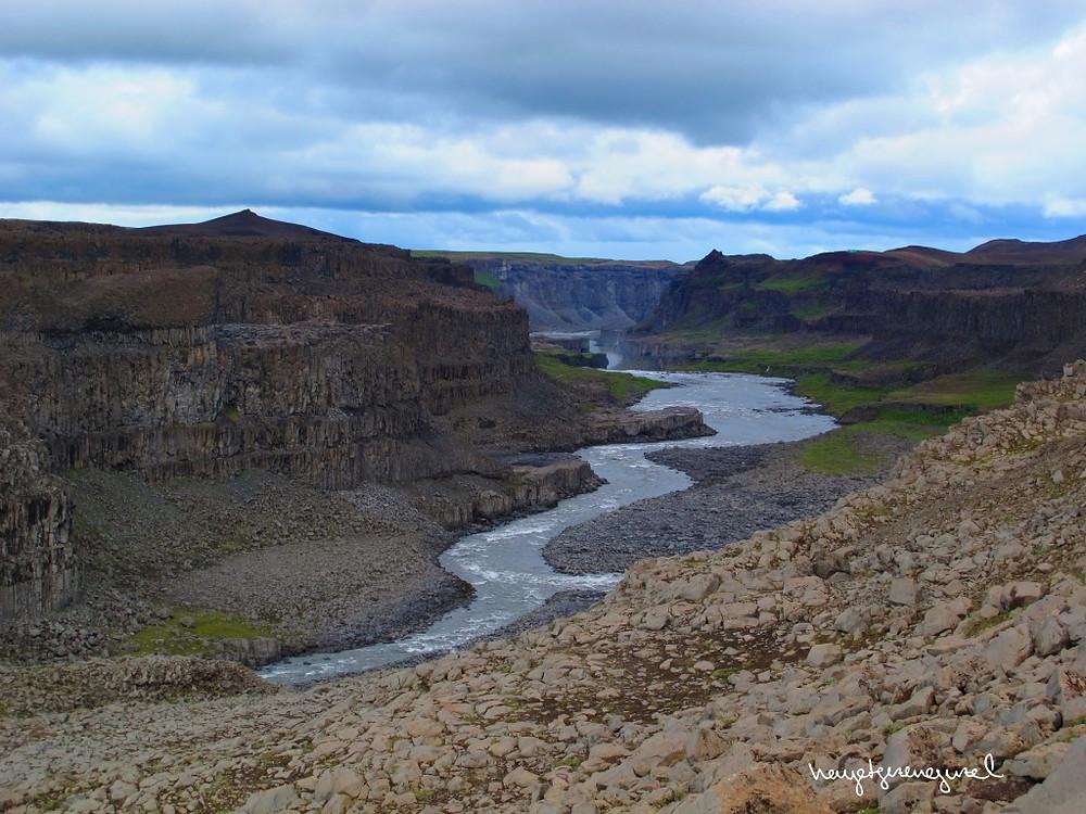Dettifoss'un aktığı kanyon
