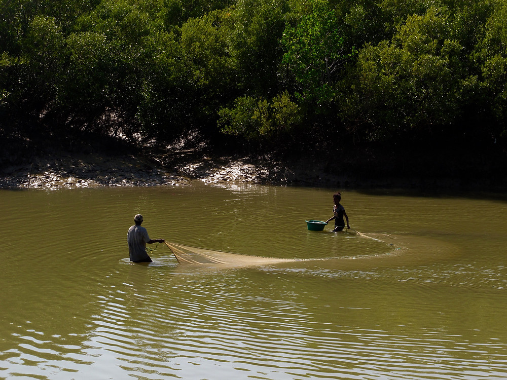 Nehirde balık tutanlar