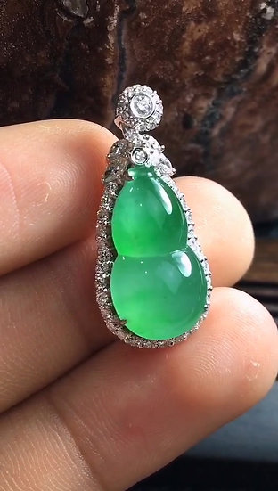 Elegant High Quality Green Jadeite Gourd Pendant with Diamond Studs (S50009)