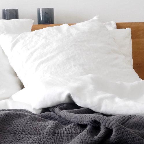 taie-oreiller-tellmemore-lin-lavé-60x60-blanc-cassé-lit-défait-gros-plan