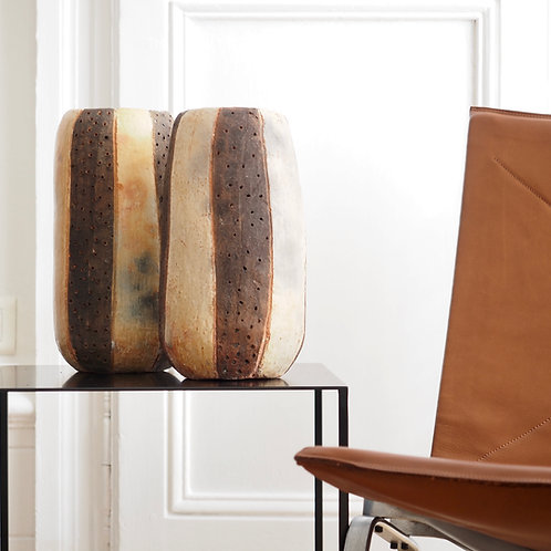 vase-rayé-terrecuite-homata-noir-et-fauteuil-pk22