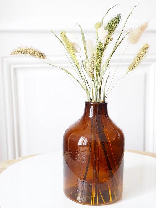 bouteille-carafe-vase-verre-recyclé-ambrée-sur-fond-blanc-et-fleurs-sechées