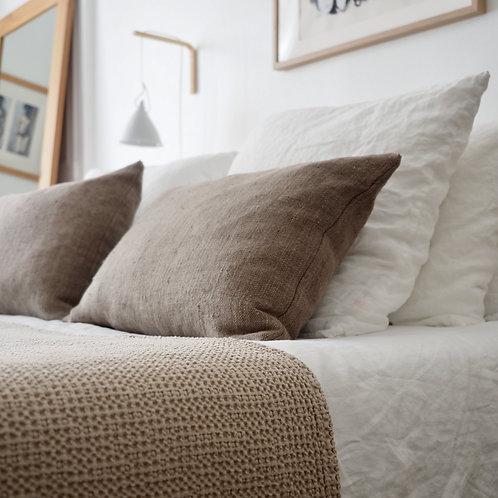 housse-coussin-40x60-tellmemore-lin-lavé-beige-cendré-sur-lit