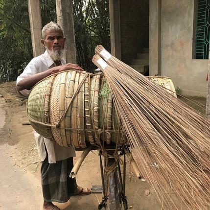 Indonésien à vélo portant des paniers