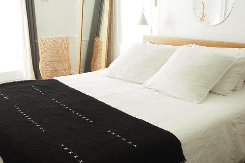 plaid-tapis-laine-doublé-room2A-en-pied-de-lit-sur-lit-blanc