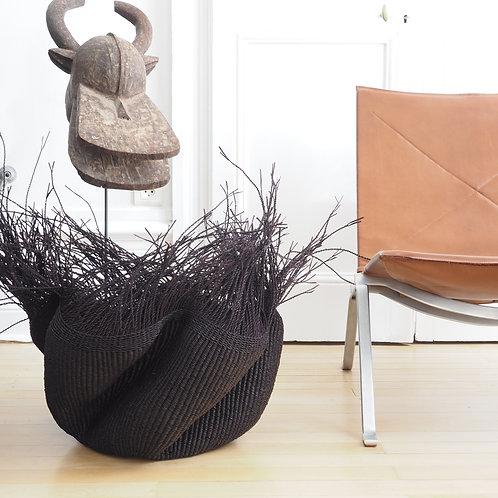 panier-fibres-vegetales-noir-xl-avec-franges-statue