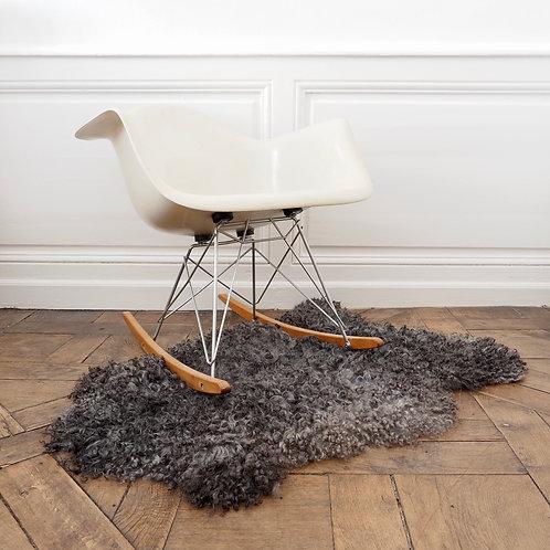 peau-agneau-curly-gotland-gris-en-carpet-chaise-charles-eames