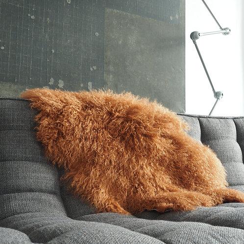 peau-agneau-du-tibet-frisé-terracotta-sur-canape-gris
